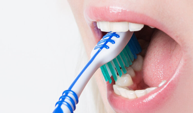 đánh răng tránh chảy máu chân răng